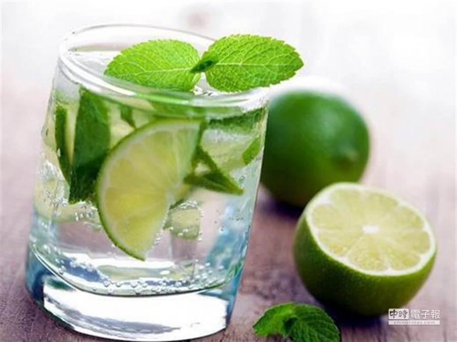 柠檬汁对身体是极其有利的,因为它饱含大量的维生素、矿物质和抗氧化物,有助于改善身体健康。(图摘自维基百科)