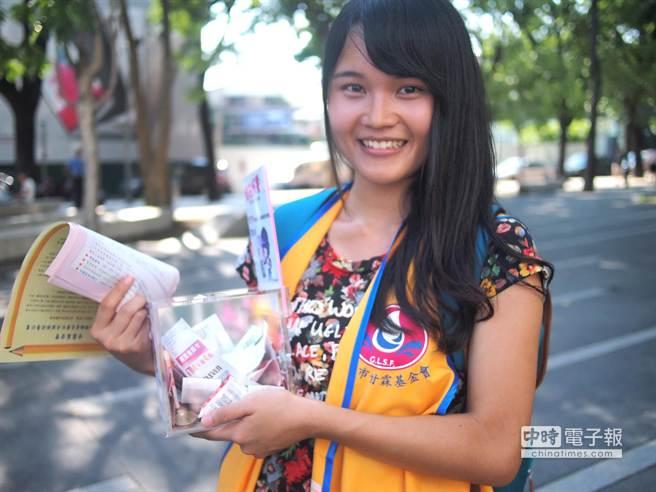 就讀新社高中的蔡昀軒說,用愛心做公益,一起來為阿公阿嬤服務。(盧金足攝)