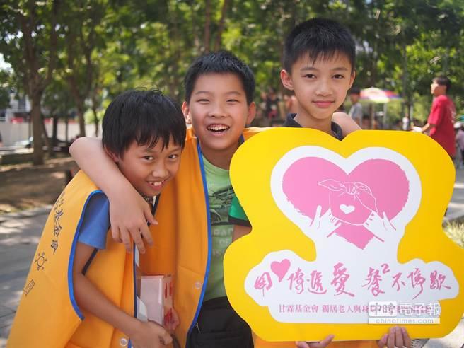 賴威辰(左起)、陳佑群和廖昱詠3名小志工,愛心不落人後。(盧金足攝)
