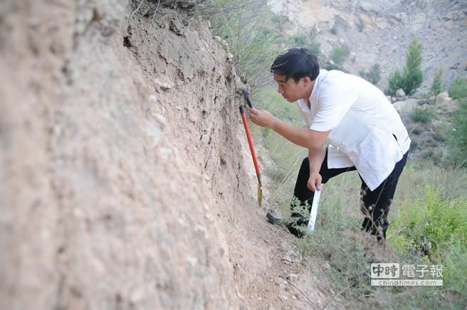 獨立學者、作家殷謙先生在懷仁縣清涼山下悟道村附近的山坡上發現了「古人類生活遺址」(7月17日攝)。