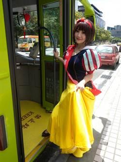 宣導安全禮儀 白雪公主搭公車吸睛