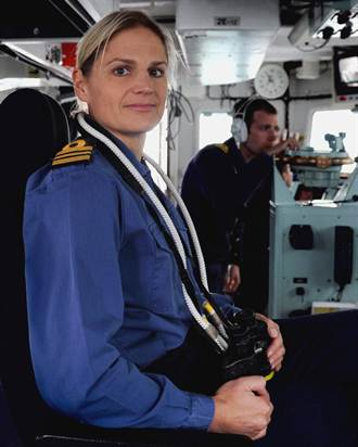 英海軍首位女艦長 與男下屬戀愛恐去職