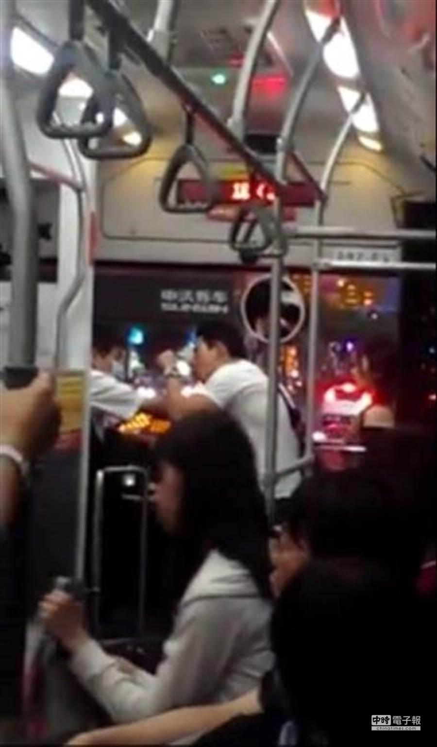 因怒罵桃園客運司機引起軒然大波的華裔朱姓男子,對側錄影片PO網的林姓女大學生撤告。(取材自網友臉書)