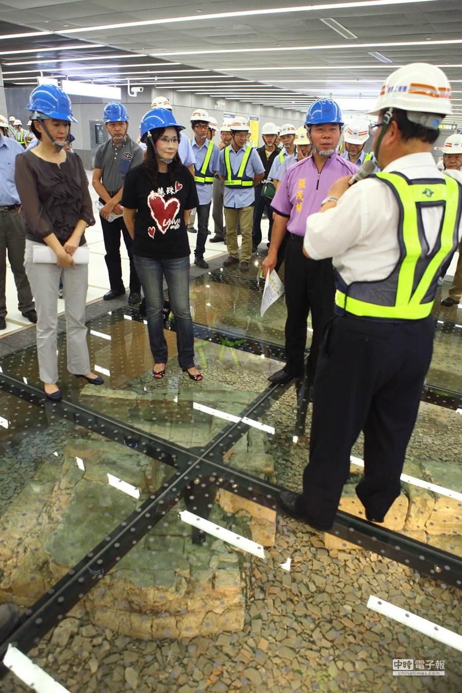 台北捷運松山線北門站內公共藝術曝光,有12個地下考古坑供乘客欣賞。(張立勳攝)