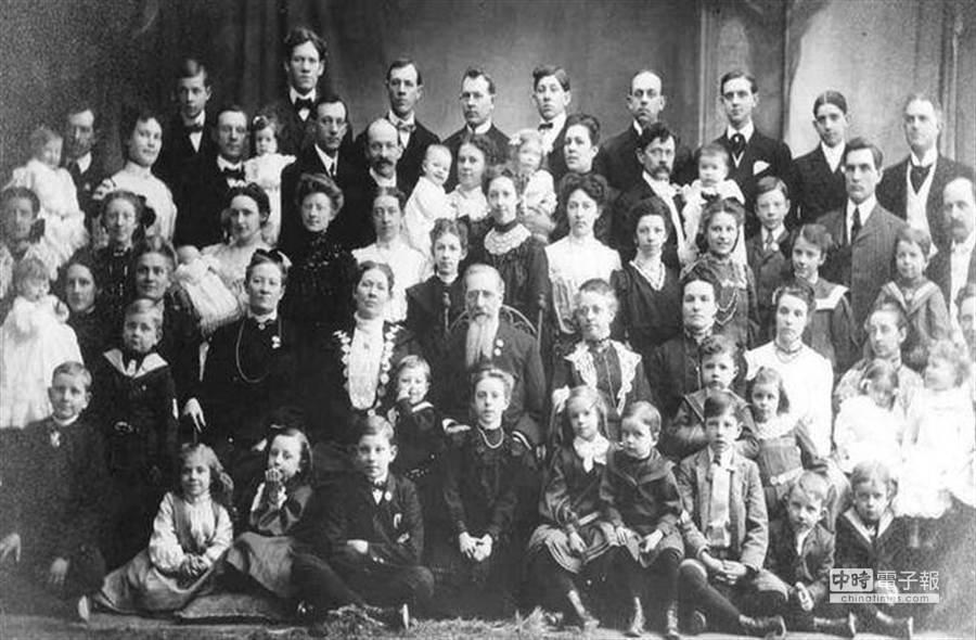 综观歷史,18世纪的俄罗斯瓦西尔耶娃夫人(Mrs. Vassilyeva)在人生中生了69个孩子,被金氏世界纪录认证有史以来最多生产的女姓。(图取自mindblowingstories.com,然因年代久远,无法考证是否图片为其家族)
