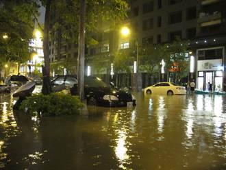 二聖路淹半台汽車高 民眾驚險過