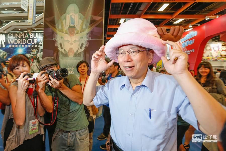 台北市長參選人柯文哲(右)12日參觀漫畫博覽會,遇到熱情民眾借戴漫畫《海賊王》人物喬巴的帽子。(陳振堂攝)