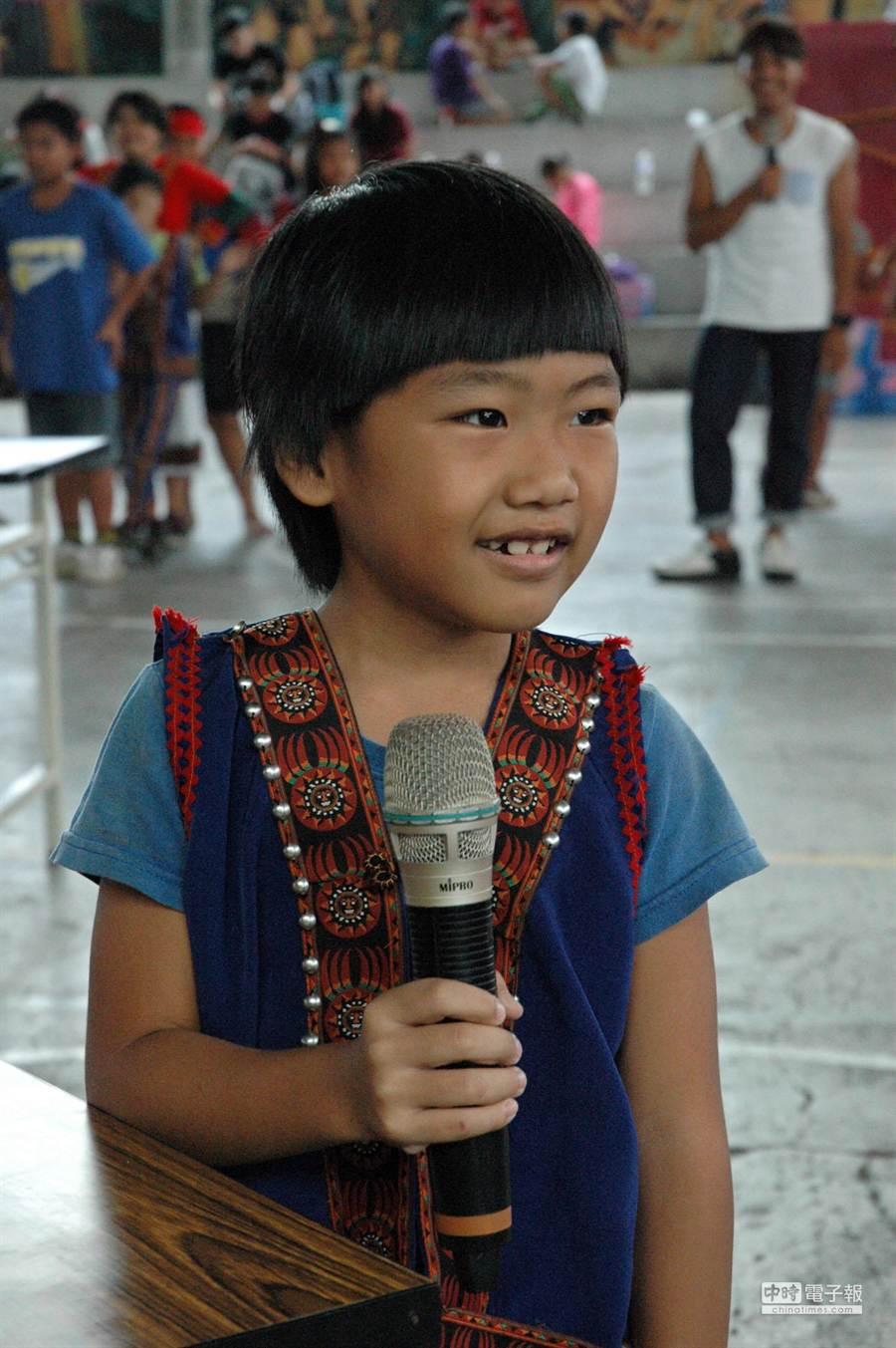 以競賽方式進行學習,在大專青年的陪伴下,原鄉孩子度過快樂暑假。(林和生攝)
