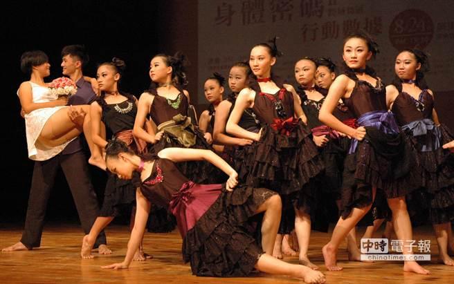 透過與專業編舞家共同創作,屏東縣政府盼培訓25位年輕舞者成為明日之星。(林和生攝)
