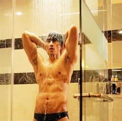 宋承憲床戰2女 裸身沖澡遞肥皂