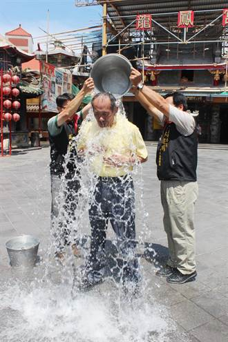 立委陳超明 媽祖廟前淋冰水並捐款