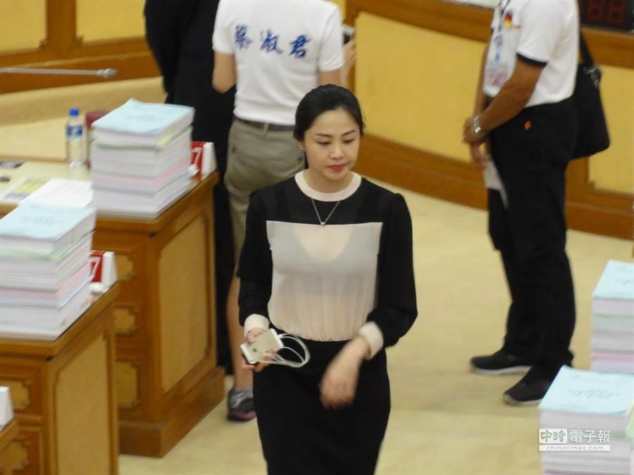 新北市議員李婉鈺穿著薄紗套裝,出席下午議會定期會,姣好身材成為各界注目焦點。(林金池攝)