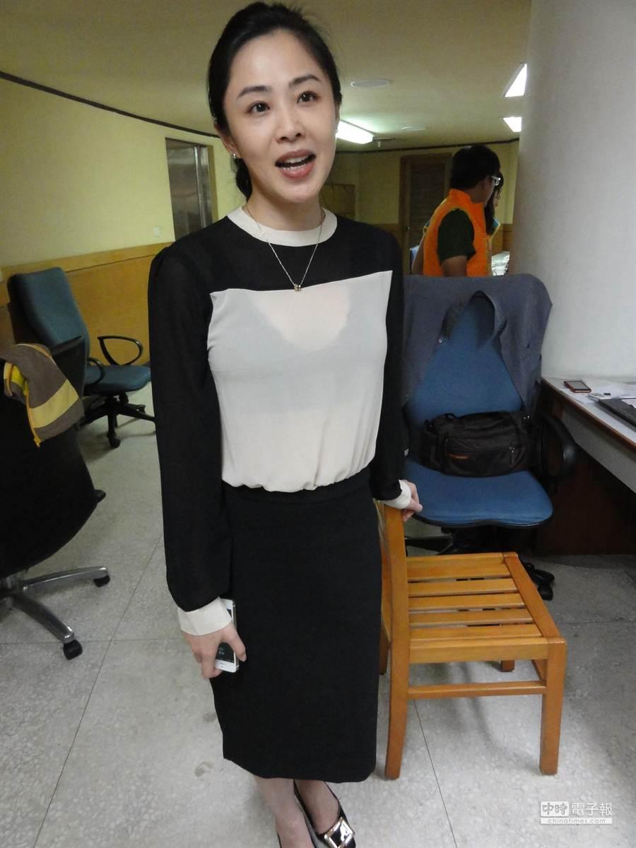 新北市議員李婉鈺穿著黑色薄紗透明裝,姣好身材成為各界注目焦點。(林金池攝)