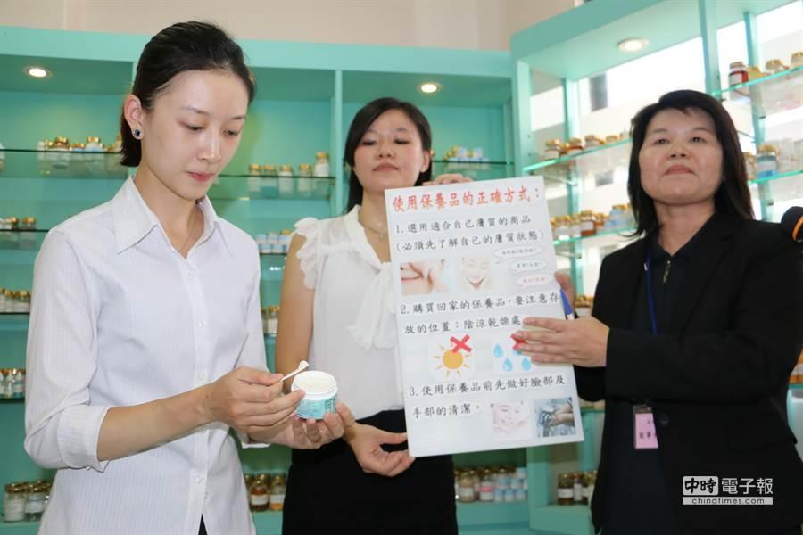 獲GMP認識的優良化妝品業者示範使用化妝品的正確方法。(孟祥傑攝)