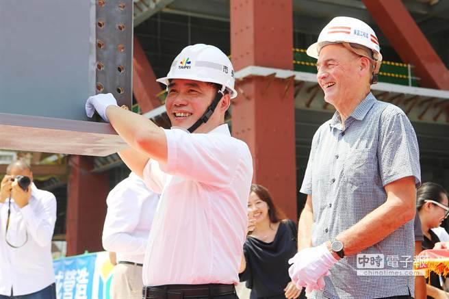 普立茲克建築獎得主、荷蘭建築大師庫哈斯(右)27日來台,與臺北市長郝龍斌(左)一起參與台北藝術中心上樑典禮。他說,設計任一建築物,他都從都當地取材,如台北藝術中心有觀眾參觀廊道,可讓沒有買票進場看戲的民眾也能一窺台前台後的魅力,「靈感就來自士林夜市,我想讓去士林夜市的人潮也能走進台北藝術中心,它不只是個藝術中心,也是個親民的場所!」(鄧博仁攝)