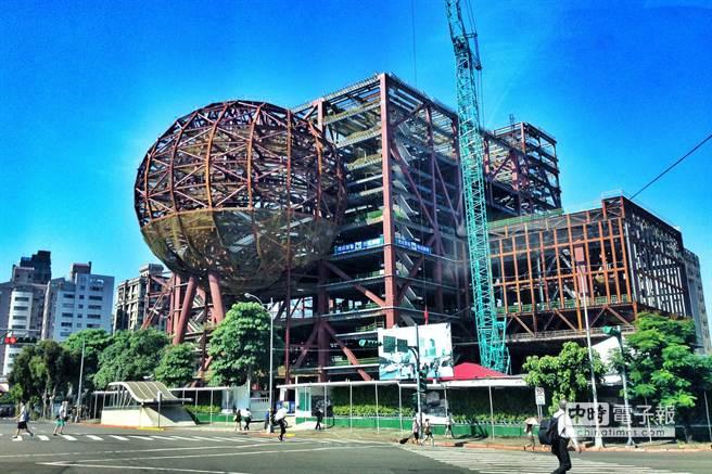 荷蘭建築大師雷姆庫哈斯(Rem Koolhaas)擅以立體、穿插的牆塊組合打造建物聞名,曾獲普利茲克建築獎。圖為台北藝術中心正在興建的外觀。(鄧博仁攝)