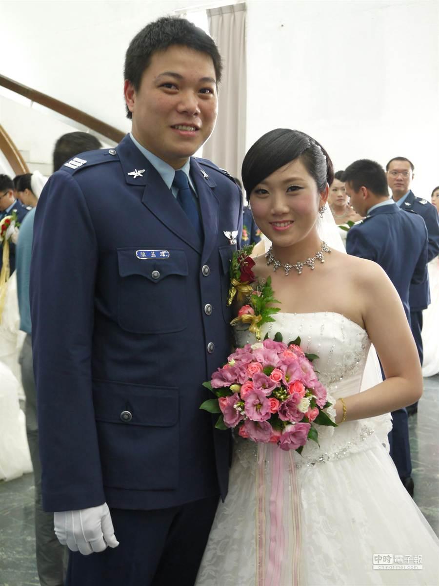 空軍集團婚禮今登場,上尉陳昱瑋(左)與中尉劉人瑄(右)是首對參加集團婚禮的飛行官夫婦,分別駕飛幻象戰機、C-130運輸機。 (劉宥廷攝)