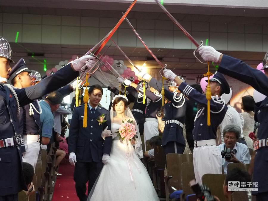 空軍司令部27日在高雄空軍官校舉辦集團婚禮,司令劉震武上將為85對新人證婚,勉勵新人要用心經營婚姻與家庭。 (劉宥廷攝)