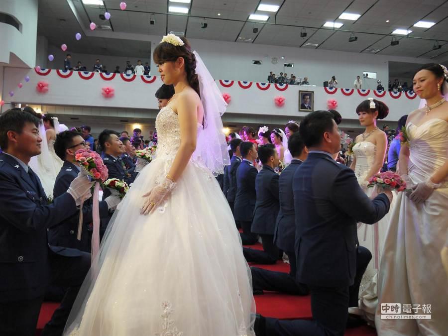 新郎單腳膝跪向新娘大喊「老婆,我愛你」,並完成信物交換。 (劉宥廷攝)
