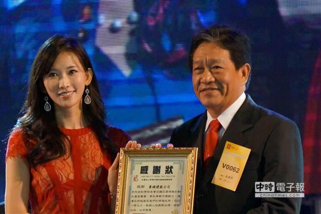 林志玲(左)感謝國前高雄縣建投公會理事長劉文城(右)捐款。(顏瑞田攝)