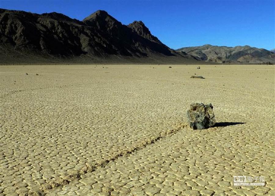 美國科學家透過在石頭上裝設GPS,長期追蹤拍攝,終於破解多年來的謎團。(美聯社)