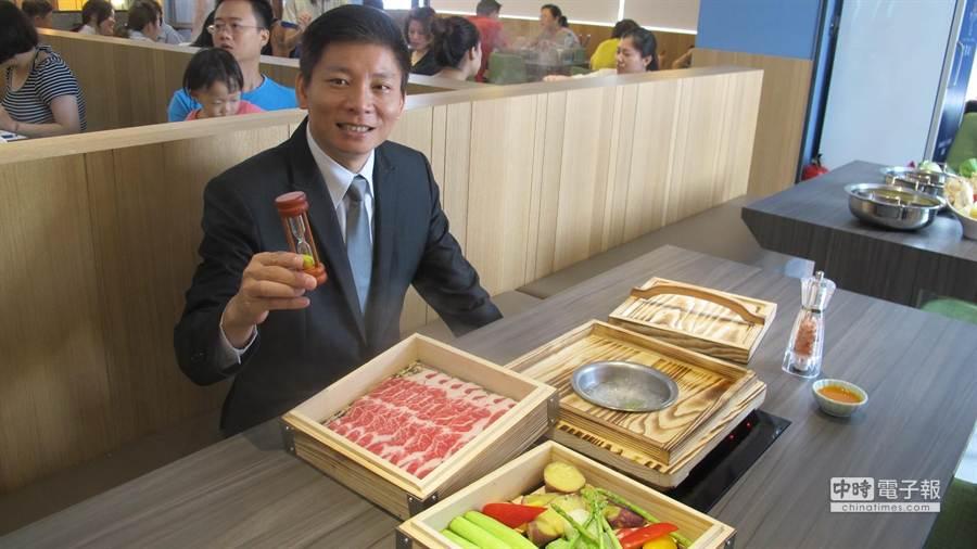 賴宏城表示,藍象廷泰鍋為全台首家以泰式蒸籠蒸的全新概念,推出無油清爽的蒸料理「牛小排鮮蔬蒸籠」。(圖/曾麗芳)