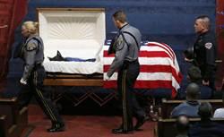 警犬值勤身亡 葬禮隆重棺蓋國旗