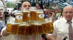 同時端27杯1公升啤酒 德男破紀錄