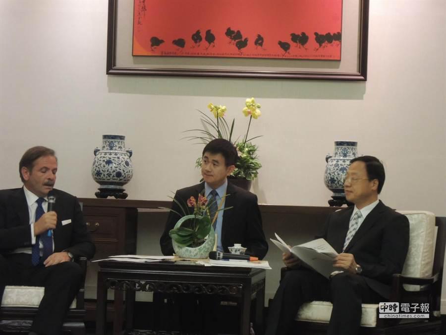 歐洲商會理事長尹容(左)向江揆建議法規鬆綁(呂雪彗攝)
