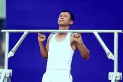 印男小指拉單槓 破世界紀錄
