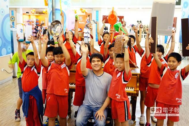 黃裕翔與學生玩樂器。(公視提供)