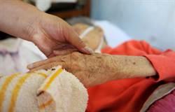 瀋陽107歲老保姆被雇主一家贍養28年