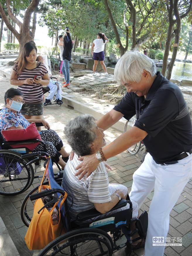 葉先生一邊教長輩簡單的肢體動作,一邊話家常,讓老人家笑開懷。(張潼攝)