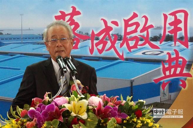 高群裝卸公司董事長王武雄說,完工啟用的新建物流倉庫,是高雄港區內最具規模的現代化倉庫。(顏瑞田攝)