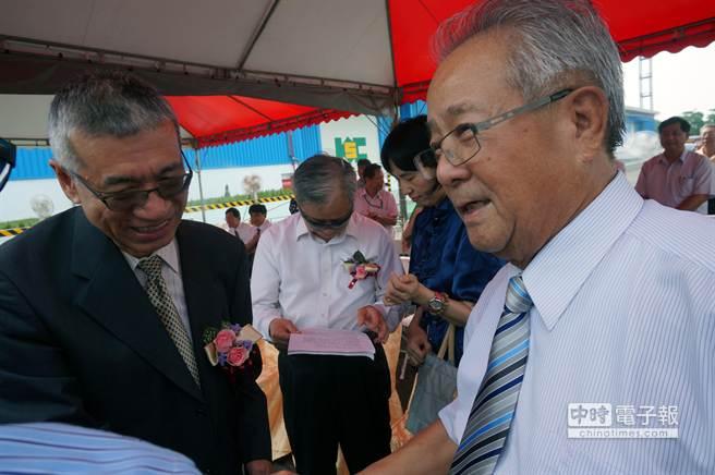 新任台灣港務公司董事長張志清(左)向高群裝卸公司董事長王武雄(右)道賀。(顏瑞田攝)