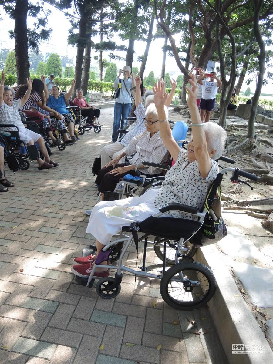 10多位坐在輪椅上的老人家,跟著葉先生的口號運動手、腳,不止復健病後的身體,也在同伴陪伴下打開原本封閉的心靈。(張潼攝)