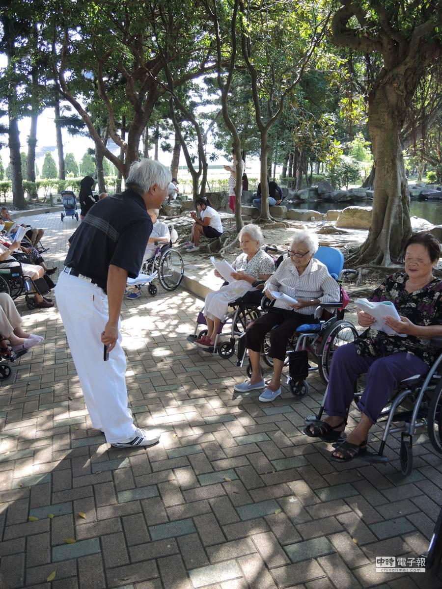 葉先生(中間站立者)蒐集日文歌,帶著老人家一起唱。(張潼攝)