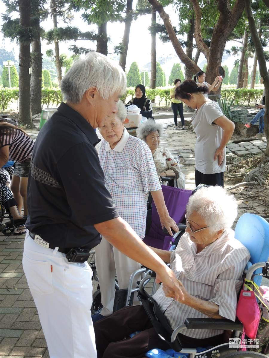 葉先生(左)與105歲老母親葉謝呆感情好,每天都會一起到公園與「幼稚園」其他夥伴做運動。(張潼攝)