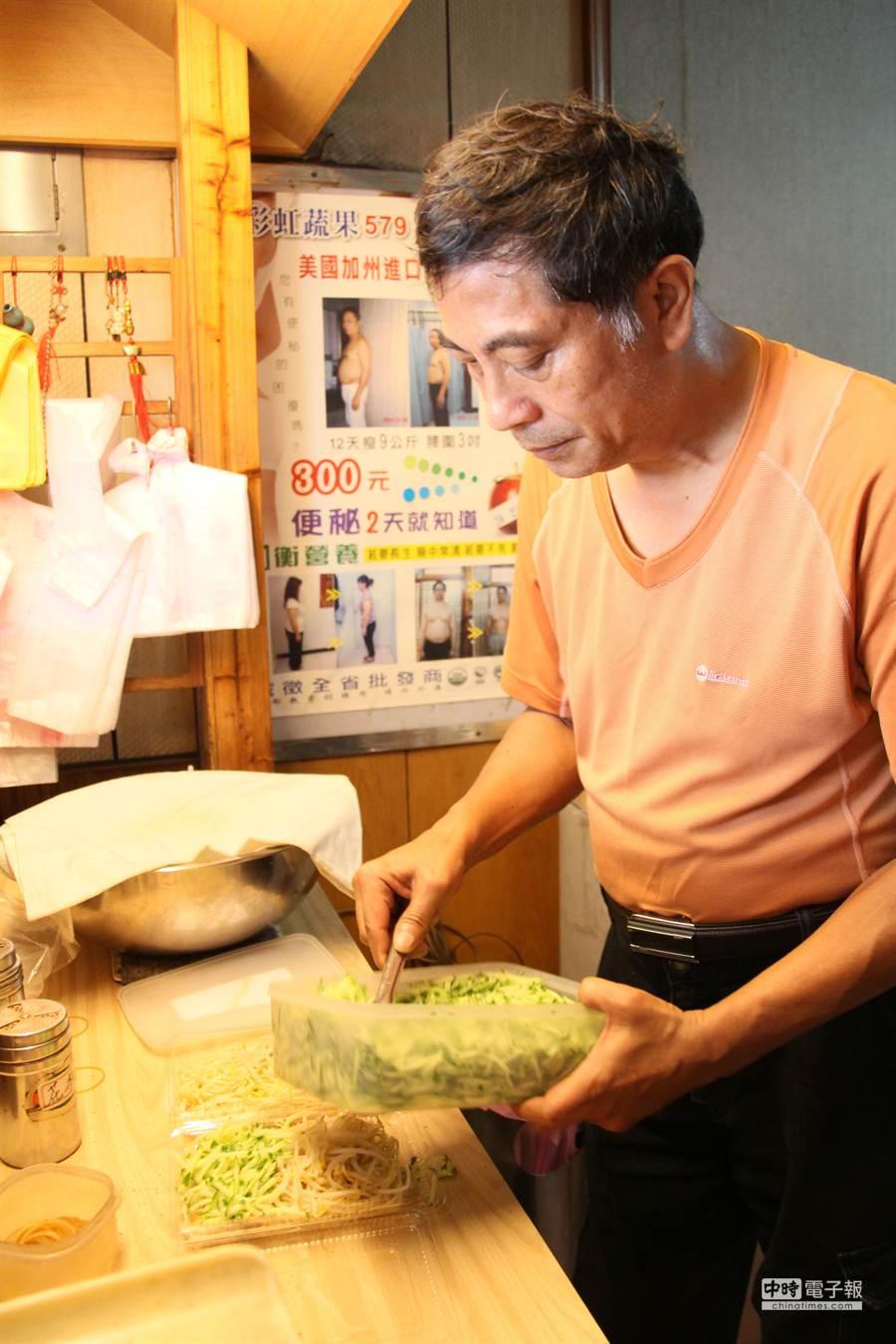 陳建興用蛙人腳踏實地的精神,在中西區樸實的賣涼麵,他的涼麵店不起眼,口碑卻相當好。(程炳璋攝)