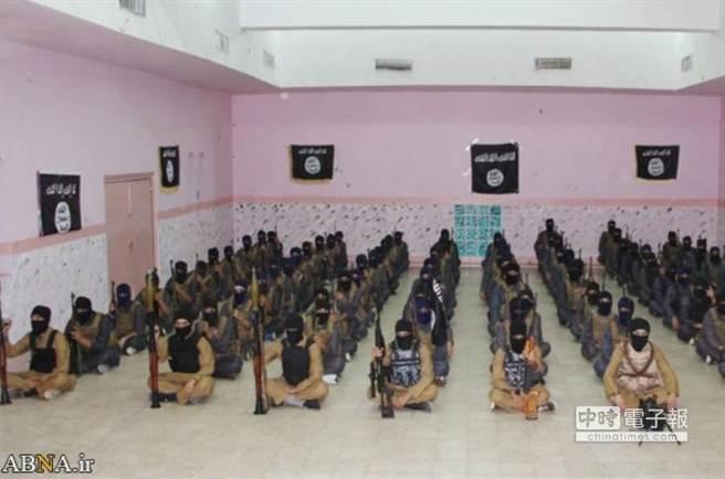 一群「學員」正在摩蘇爾郊外一處IS營地受訓。美軍18日首次對IS訓練營地進行了轟炸。(翻攝自網路)