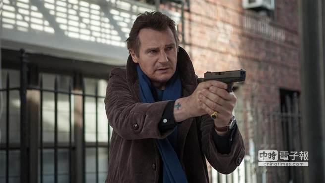 連恩尼遜將在《鐵血神探》出演酗酒的硬漢偵探(圖/翻攝於牽猴子電影《鐵血神探》)