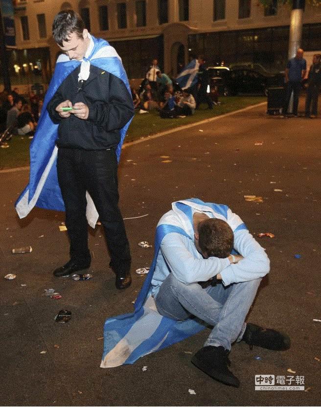 蘇格蘭獨立公投開票結果,贊成獨立人士頹喪地坐在地上。(美聯社)