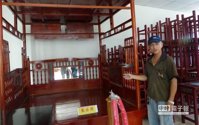 環保局回收的廢棄家具還有檜木紅眠床,已列為非賣品 。(洪璧珍攝)