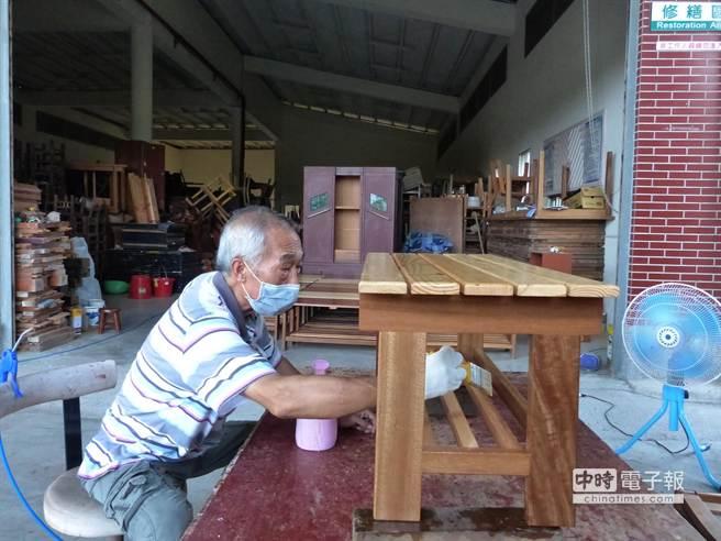 回收廢棄家具在老師傅的巧手整修下,重現新生命。(洪璧珍攝)