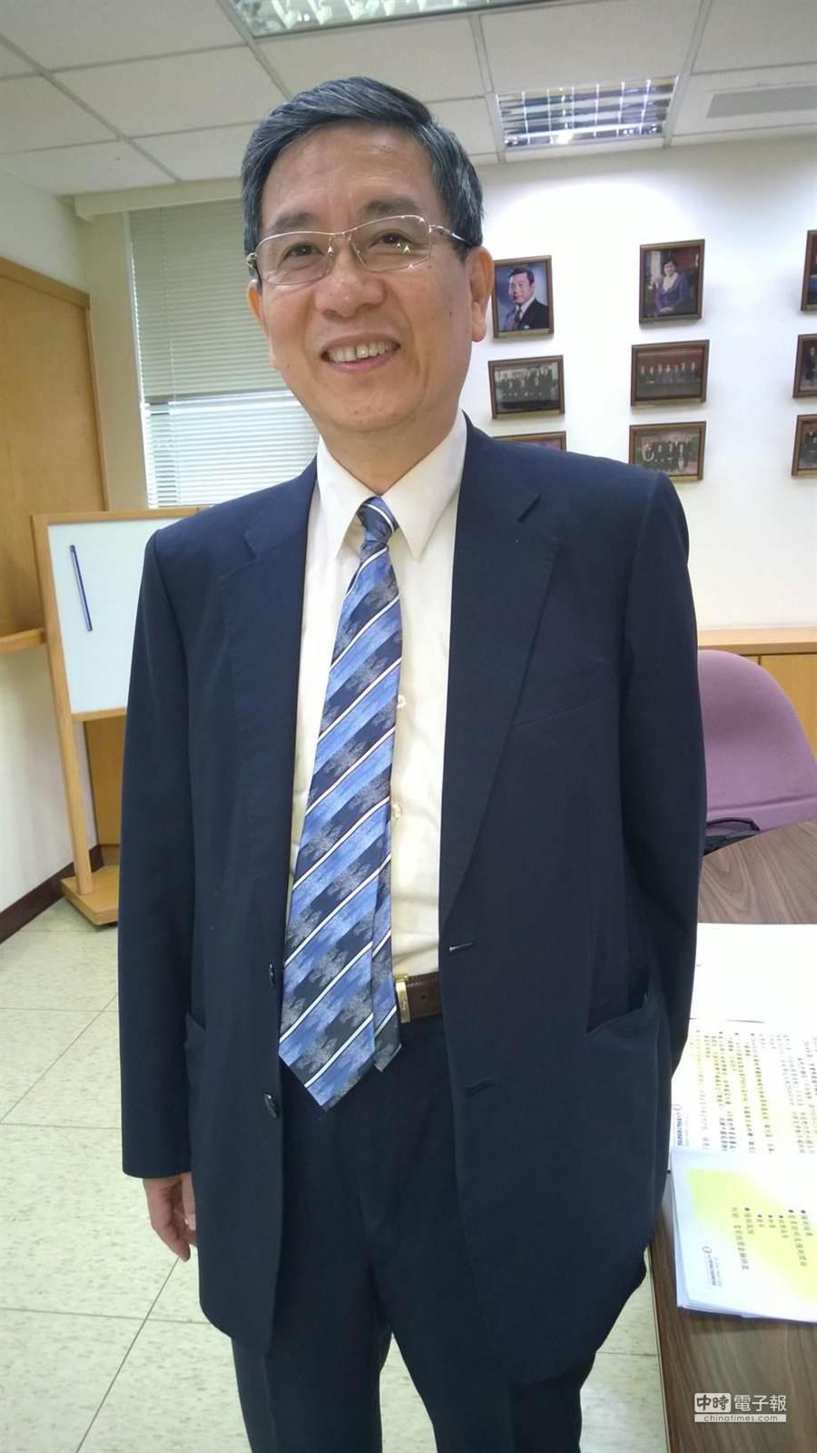 元大寶華綜合經濟研究院董事長梁國源今天宣布,上修台灣今年經濟成長率至3.57%,為各機構預測的最高值。(圖/陳碧芬攝)