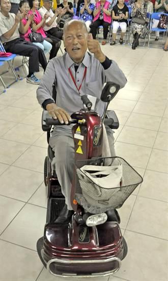 歡慶重陽節 101歲人瑞大秀電動車美技