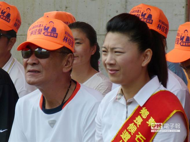 東石鄉長參選人林佳瑩雖是政治素人,但父親林水樹是道上有名的海線老大,也讓她這次參選倍受矚目。(呂妍庭攝)