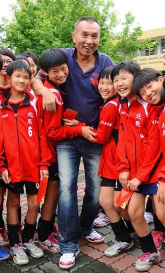 北辰國小女排雙料冠軍 榮耀獻給教練