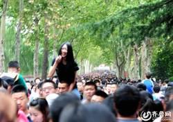 黃金週擠爆 濟南女騎男友逛動物園