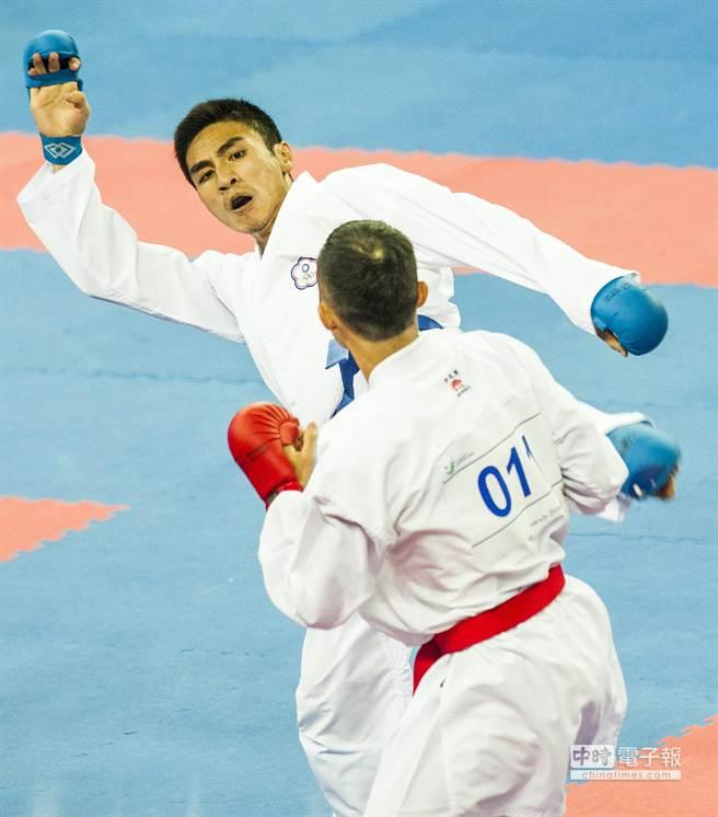 謝政剛(左)3日在仁川亞運男子空手道55公斤量級8強賽中,不敵香港的選手落敗。(鄭任南攝)